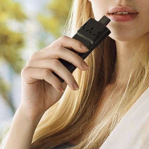 AirVape X se pohodlně vejde do dlaně a jednoduše se používá